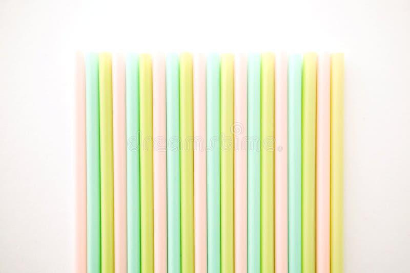 Farbige R?hrchen f?r Saft und Cocktails lizenzfreies stockfoto