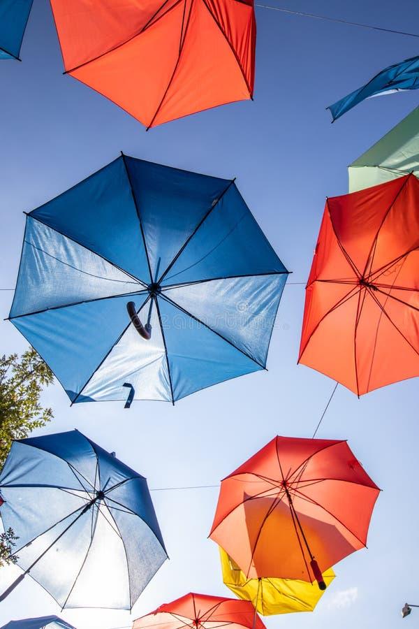 Farbige Regenschirme auf dem Hintergrund des blauen Himmels stockfotos