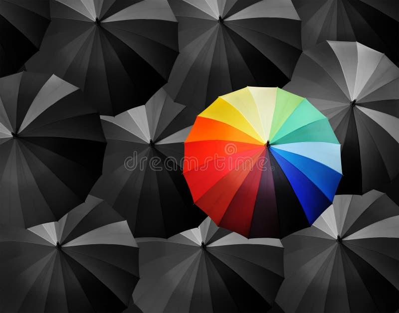 Farbige Regenschirme auf einem schwarzen Hintergrund stockfoto
