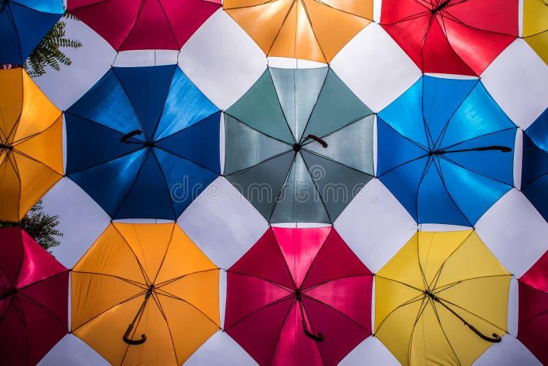 Farbige Regenschirme, die vor der Sonne sich sch?tzen lizenzfreies stockbild