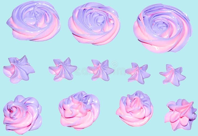 Farbige Rosa- und Eibischeibische in Form einer Blume für die Verzierung eines festlichen Nachtischs auf einem lokalisierten blau lizenzfreies stockfoto
