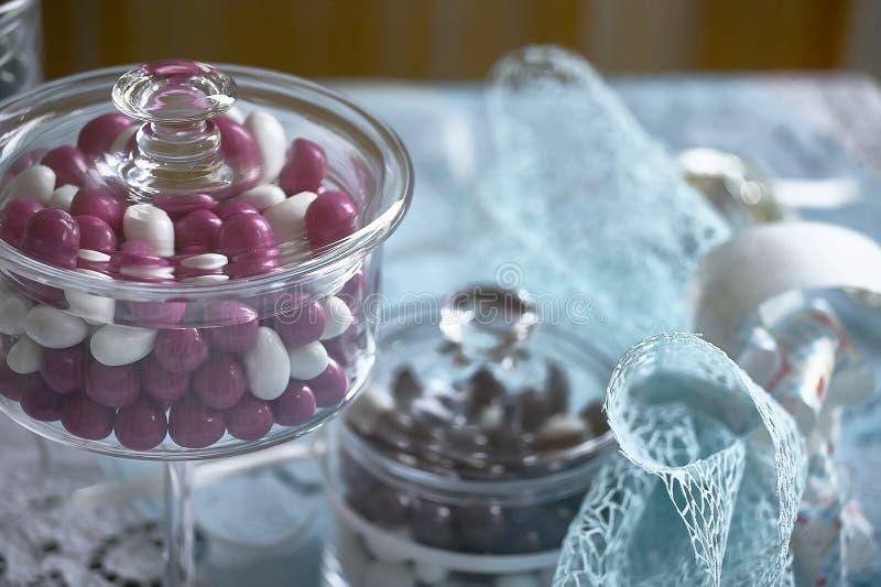 Farbige Süßigkeiten und blaue Dekorationen stockfotografie