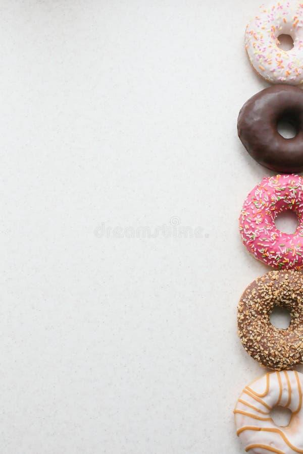 Farbige Schaumgummiringe auf einem hellen Hintergrund lizenzfreies stockfoto