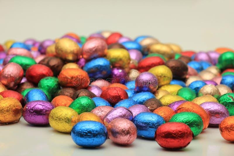 Farbige SchokoladenOstereier stockfotos