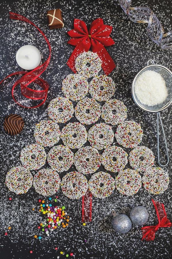 Farbige Schokoladenringe mit Weihnachtsdekoration stockfotos