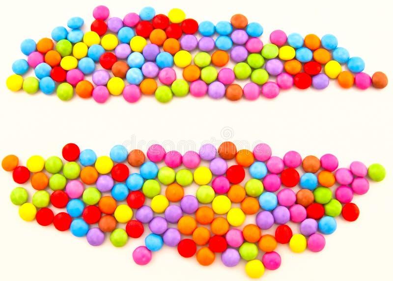 Farbige Schokoladensüßigkeit auf einem weißen Hintergrund lizenzfreie stockfotos