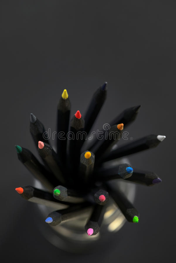 Farbige schwarze Bleistifte lizenzfreies stockfoto