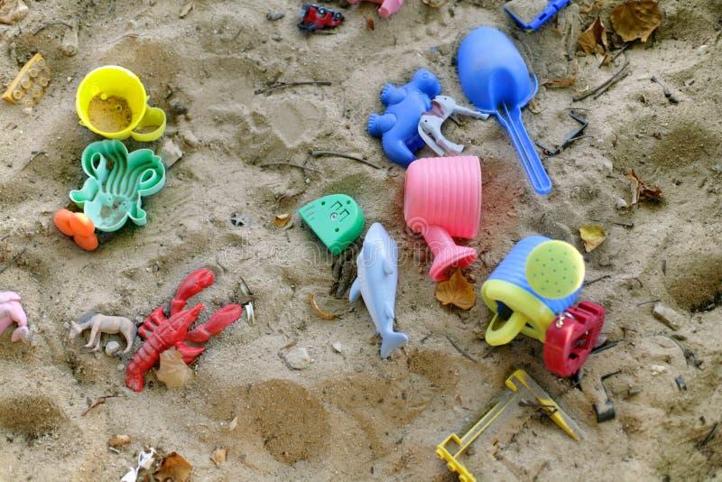 Farbige Spielwaren in einem Sandkasten lizenzfreie stockfotos