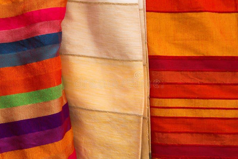 Farbige Stoffe und Seiden von Marokko lizenzfreie stockfotos