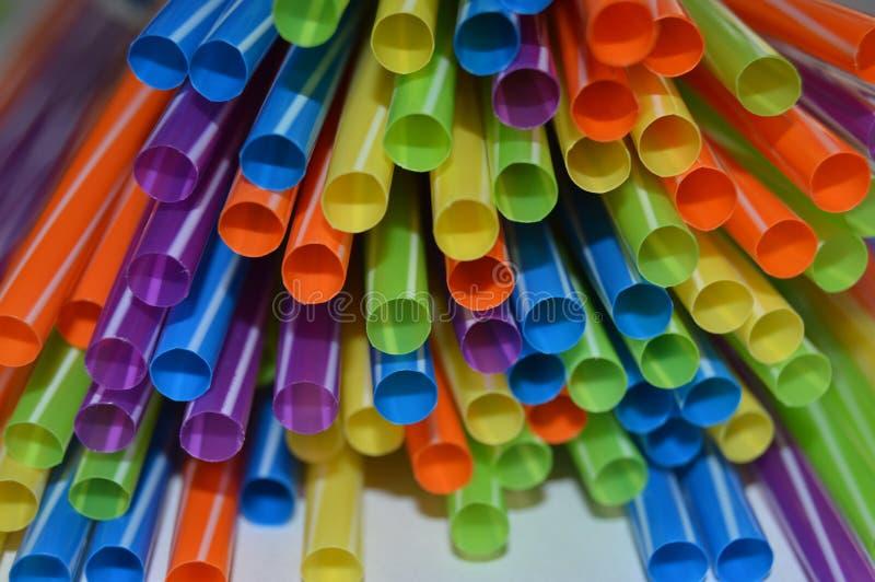 Farbige Strohe zusammen gruppiert, um Flüssigkeit zu trinken stockfotografie