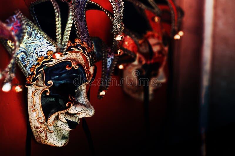 Farbige venezianische Karnevalsmasken zum Verkauf lizenzfreie stockfotos