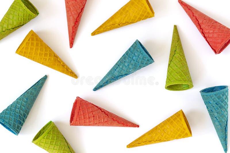 Farbige Waffeleistüten auf weißem Hintergrund Mehrfarbiges Eistütemuster Bonbon, Sommerkonzept Beschneidungspfad eingeschlossen stockfotografie