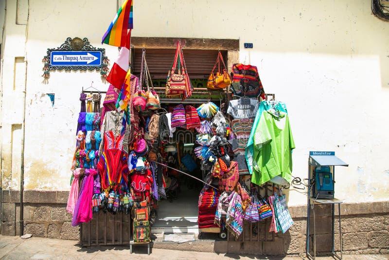 Farbige Waren zum Verkauf in einem Souvenirladen in der historischen Stadt Cusco in Peru lizenzfreies stockfoto