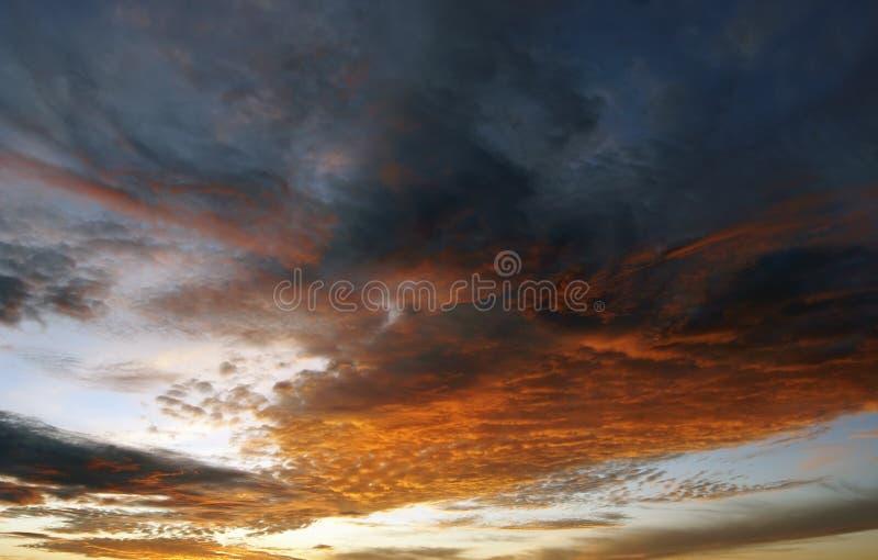 Farbige Wolken bei Sonnenuntergang lizenzfreie stockfotografie