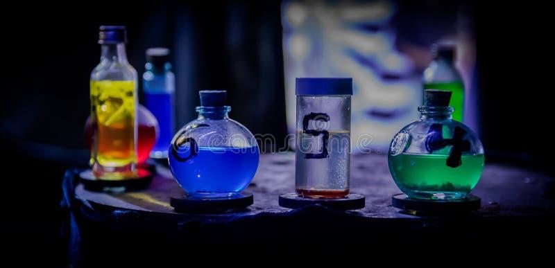 Farbige Zaubertränke stockbild. Bild von magie, schädel - 72017893