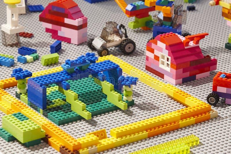 Farbige Ziegelsteinstücke des Baus Plastik Kinderspielzeug lizenzfreie stockfotos