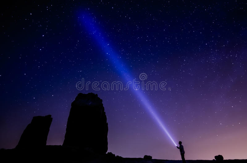 Farbiger bewölkter Himmel voll von den Sternen mit Mann des Großen Wagens und des Schattenbildes mit Fackel stockbilder