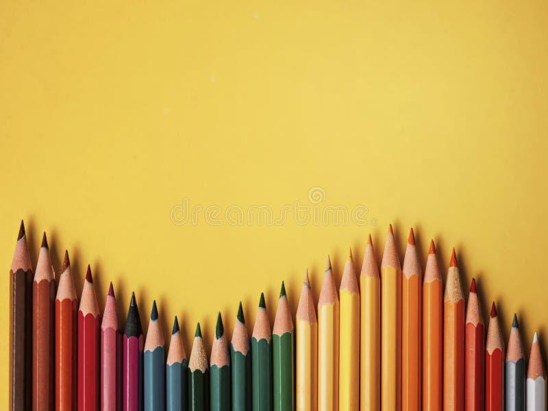 Farbiger Bleistift auf gelbem Papierhintergrund für Zeichnungsfarbkreis stockfoto