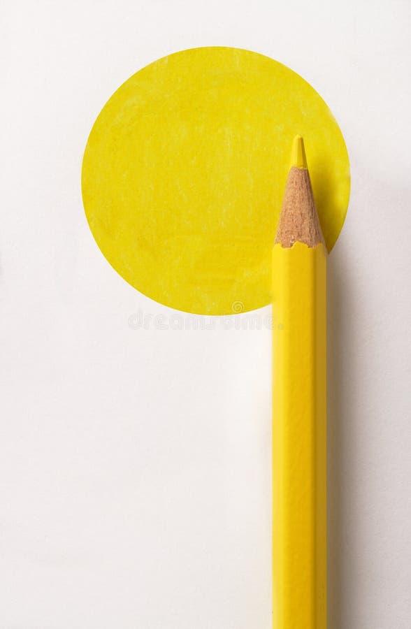 Farbiger Bleistift auf gelber Scheibe stockbild