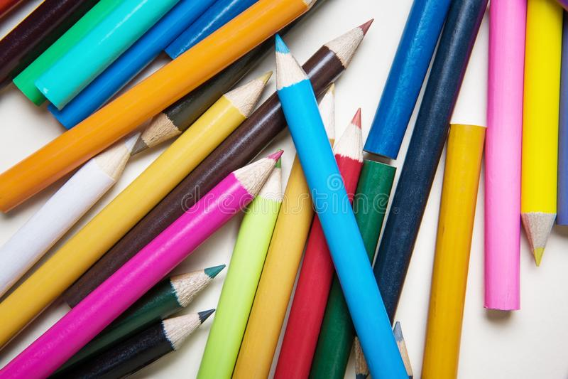 Farbiger Bleistift auf weißem Hintergrund stockbild