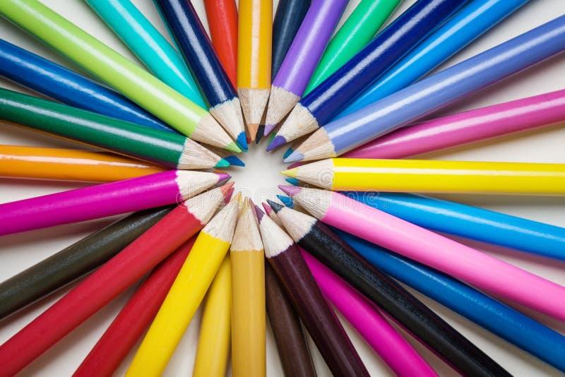 Farbiger Bleistift auf weißem Hintergrund lizenzfreie stockbilder