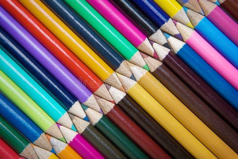 Farbiger Bleistift auf weißem Hintergrund stockfotografie