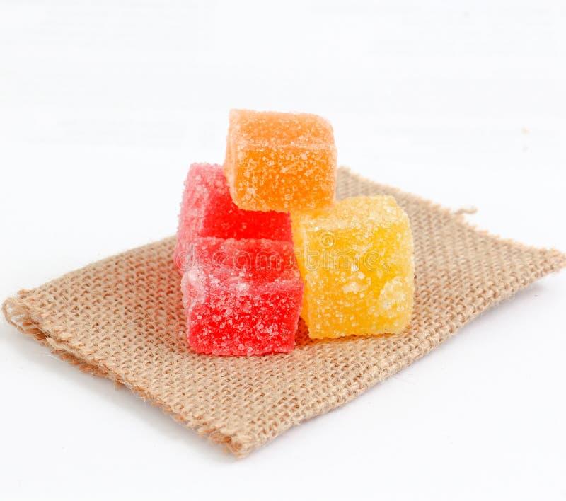 Farbiger Bonbon Gelees auf kleiner Jutefasertasche stockfotos