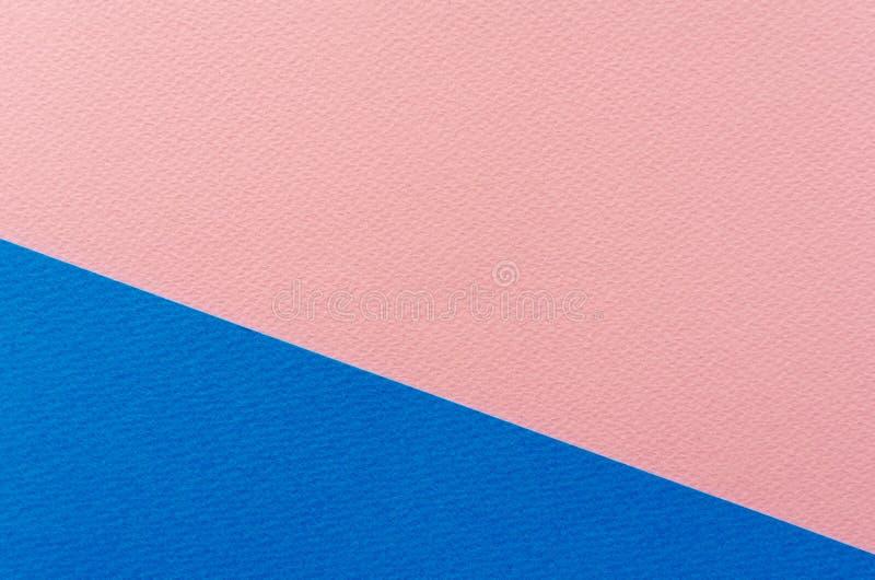 Farbiger geometrischer blauer und rosa Papierbeschaffenheitshintergrund stockfotografie