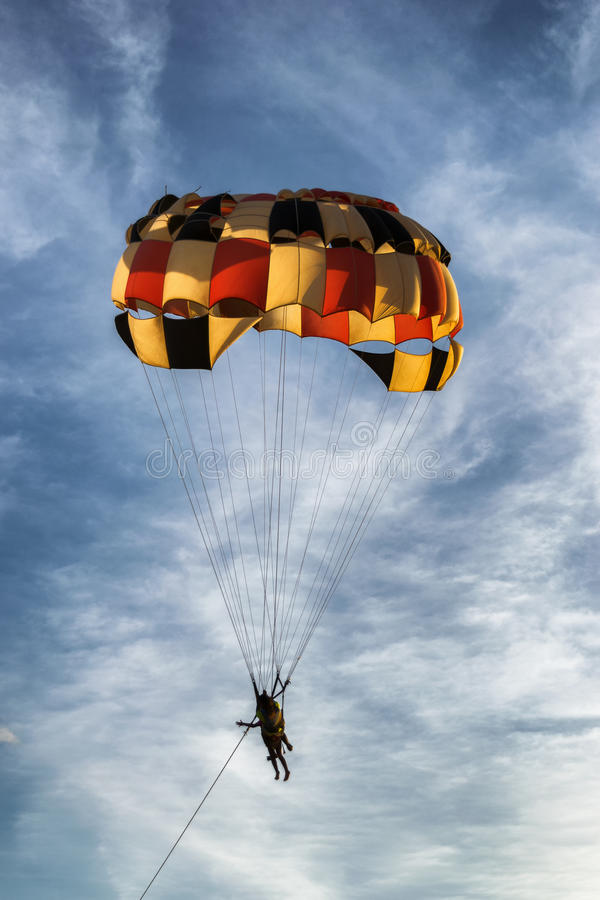 Farbiger Parasailingsfallschirm lizenzfreie stockbilder