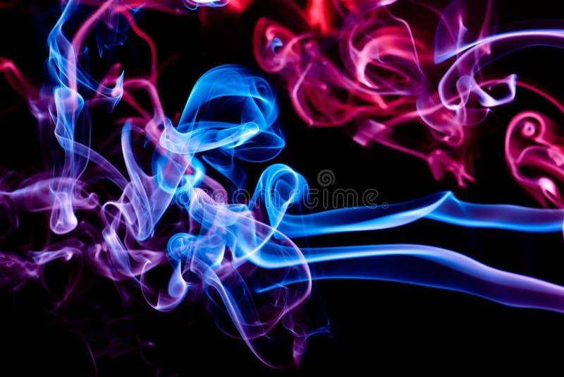 Farbiger Rauch der Zusammenfassung auf einem schwarzen Hintergrund stockbilder