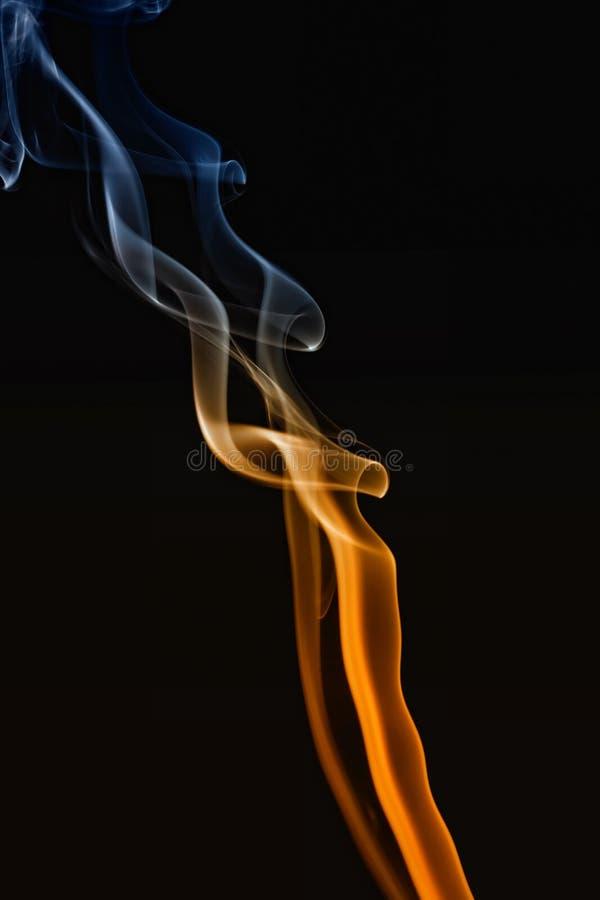 Farbiger Rauch des Auszuges stockfotos