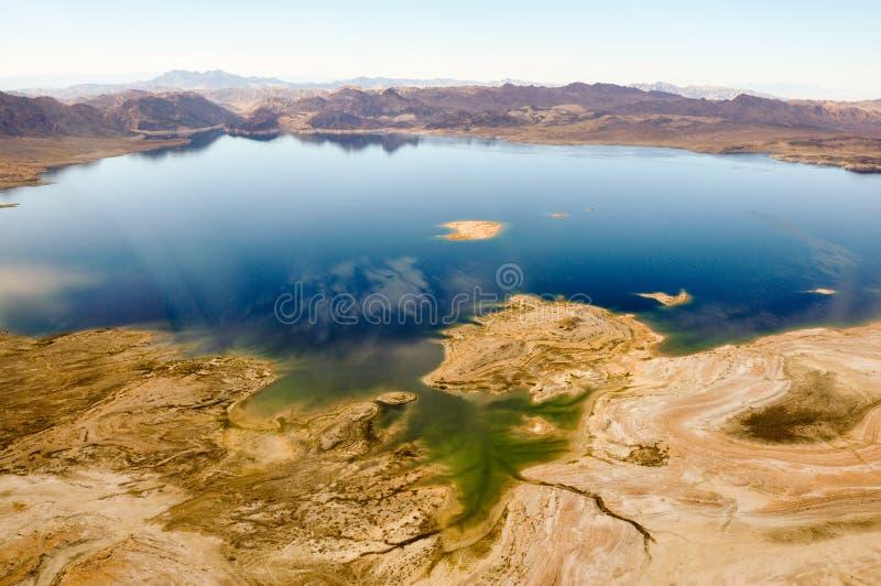 Farbiger See in Nevadas Wüste nahe Las Vegas, USA stockbilder