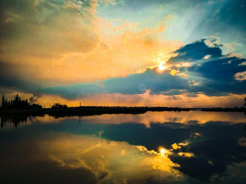 Farbiger Sonnenuntergang Sehr schöner Himmel mit Reflexion im Wasser! stockfoto