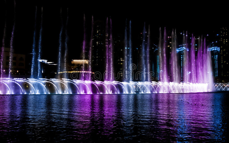 Farbiger Wasserbrunnen nachts stockbild