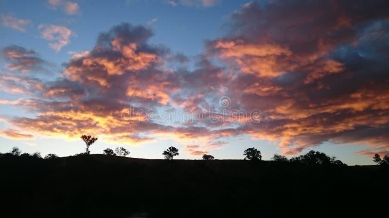 Farbiger Wolkensonnenuntergang in Australien stockfotografie