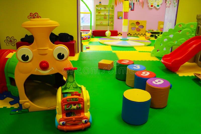 Farbiges Baby, das Raum mit vielen Spielwaren spielt lizenzfreie stockfotografie