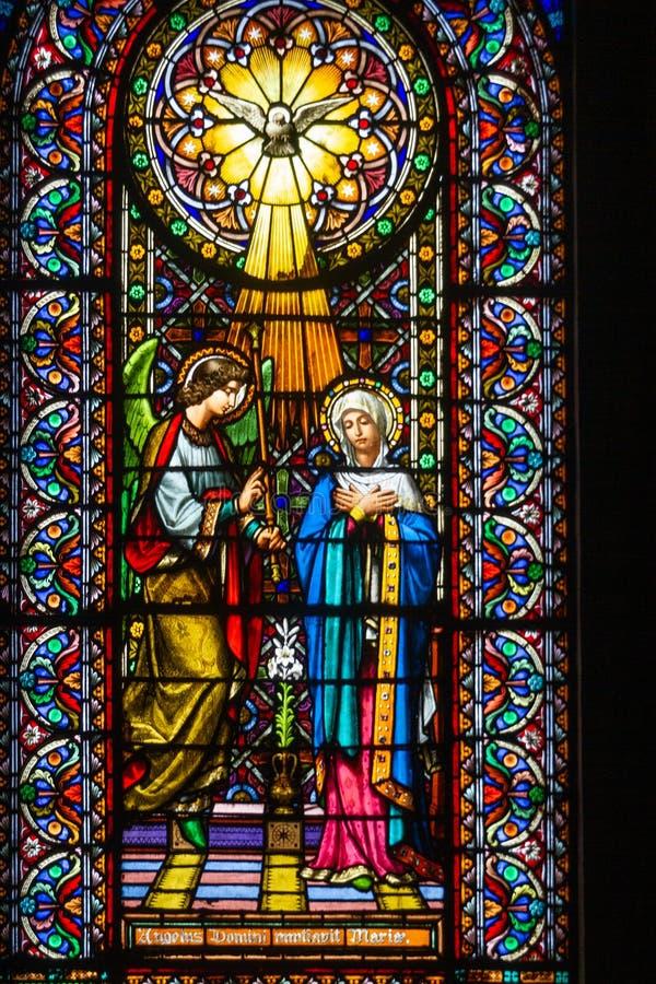 Farbiges Fenster in Montserrat-Kirche lizenzfreies stockbild