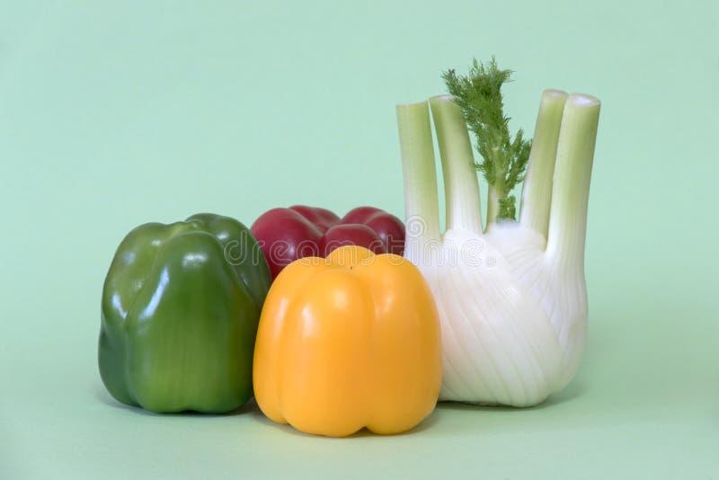 Farbiges Gemüse auf grünem Hintergrund stockfoto