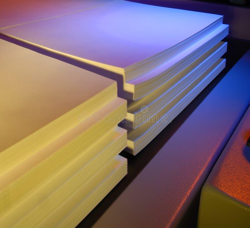 Farbiges gestapeltes Papier stockfoto
