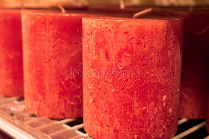 Farbiges Kerzen-Regal-rotes blaues Grün mit dem Feuer-Shop gestapelt lizenzfreie stockfotografie