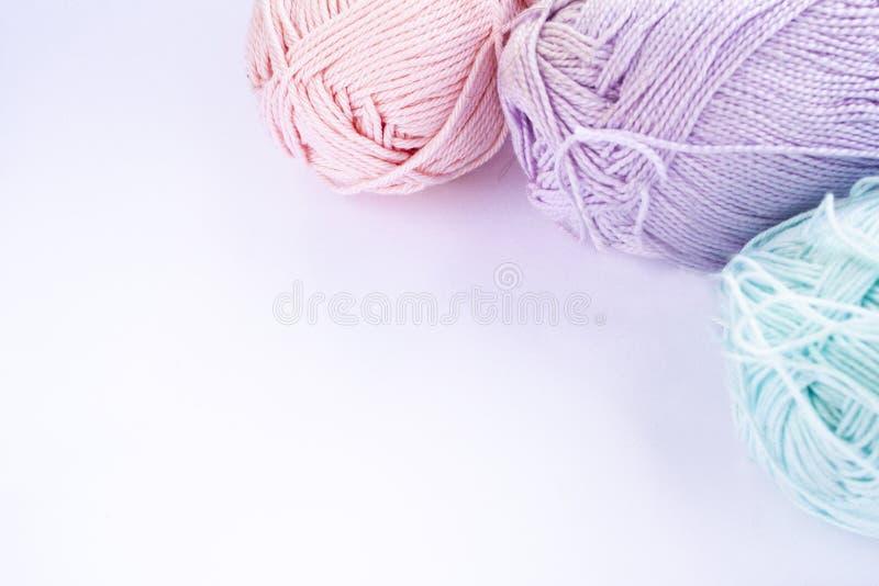 Farbiges Pastellgarn auf einem weißen Hintergrund stockbilder