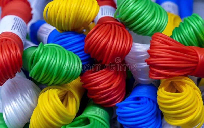 Farbiges Plastikseil Mehrfarbige Plastikdr?hte in den B?ndeln lizenzfreie stockbilder