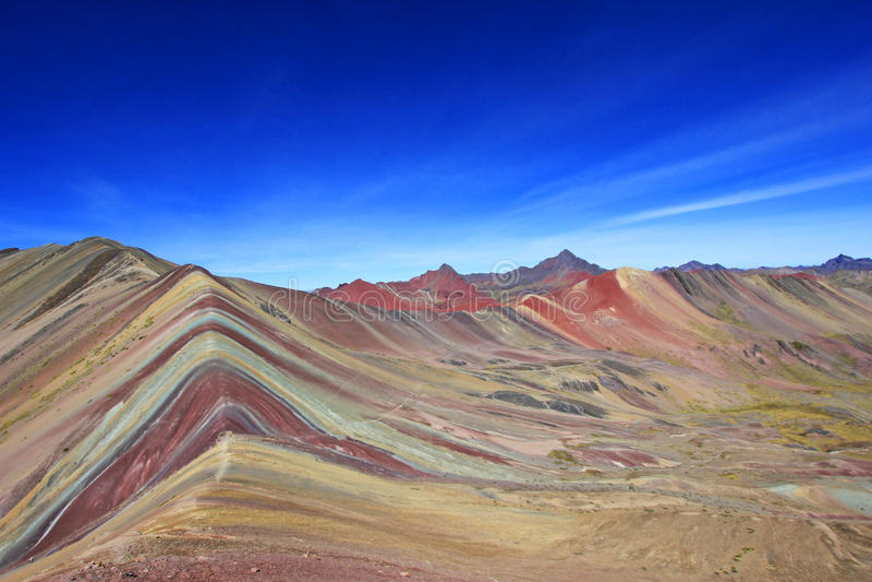 Farbiges Regenbogen-Bergpanorama Peru stockfotos