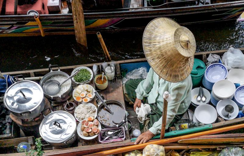 Farbiges thailändisches Lebensmittel in sich hin- und herbewegendem Markt, Lebensmittelverkäufer in Thailand, typischer thailändi stockfotos