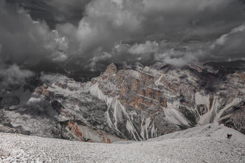 Farbisolierungseffekt des oberen Teiles Travenanzes-Tales mit den Trekkers, die in Richtung zu 3244 Metern von Tofana-Gipfel stei stockbild