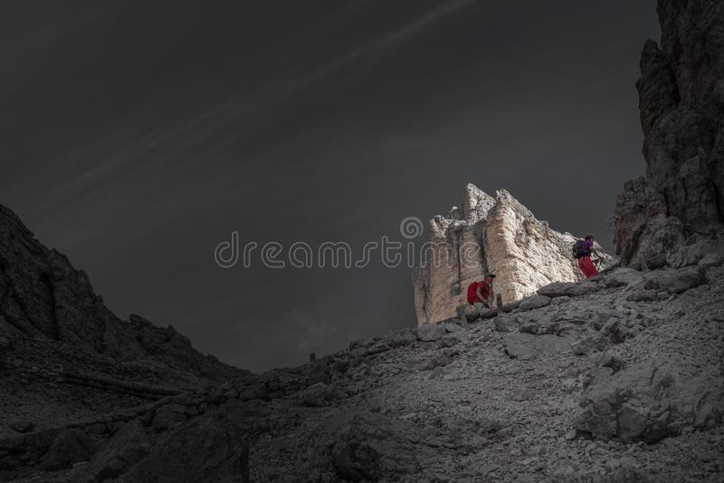 Farbisolierungseffekt von den Trekkers, die in Richtung zu Fontananegra-Durchlauf im Tofane-Bereich aufkommen lizenzfreie stockbilder