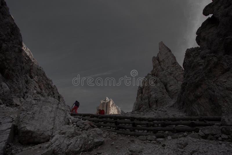 Farbisolierungseffekt von Trekkers entlang Weg in Richtung zur Giussani-Gebirgshütte im Tofane-Bereich lizenzfreie stockfotos