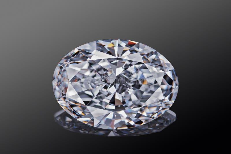 Farbloser transparenter funkelnder ovaler Luxusgeschliffener Diamant der Edelsteinform lokalisiert auf schwarzem Hintergrund lizenzfreie stockbilder