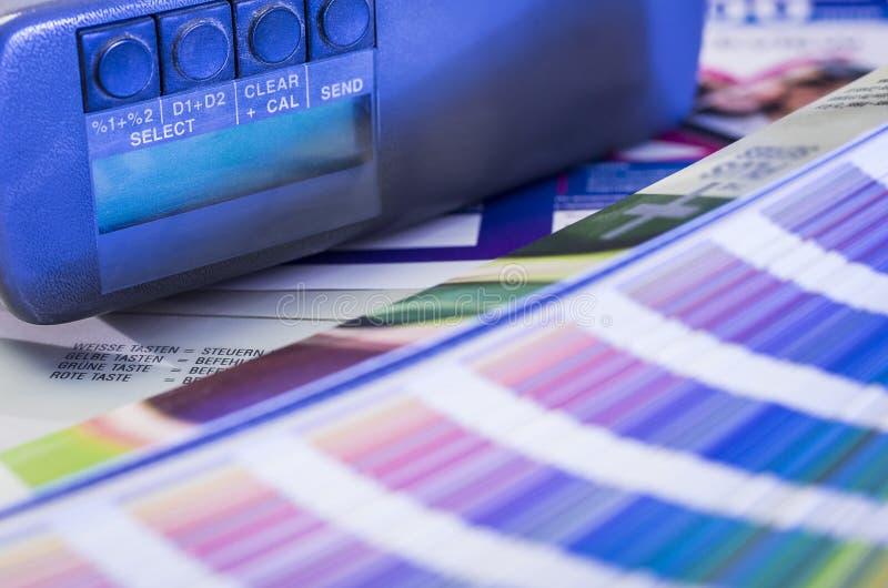 Farbmanagement im Druckverfahren mit Schwärzungsmesser lizenzfreies stockfoto