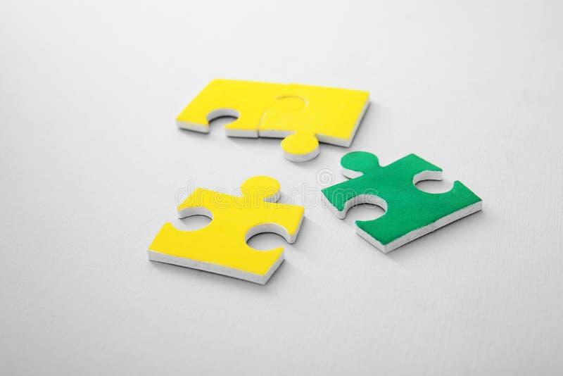 Farbpuzzlespiele auf Hintergrund stockfotografie